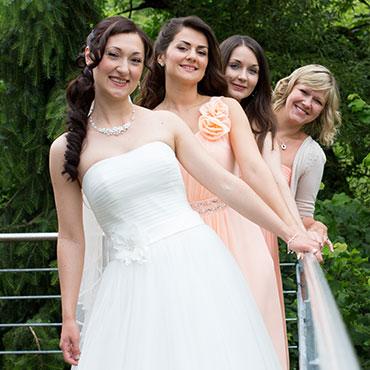 Hochzeit-in-Moeckmuehl-Brautjungfern-gleiche-Kleider-Freude-Glueck-Hochzeitskleid-mit-Schleife-Blumen-Design