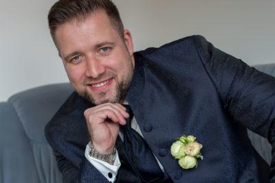 Getting-ready-Bräutigam-auf-einem-Sofa-Sergej-Metzger-Hochzeitsvideo-in-Hannover-Fotograf-Hochzeit-Hildesheim