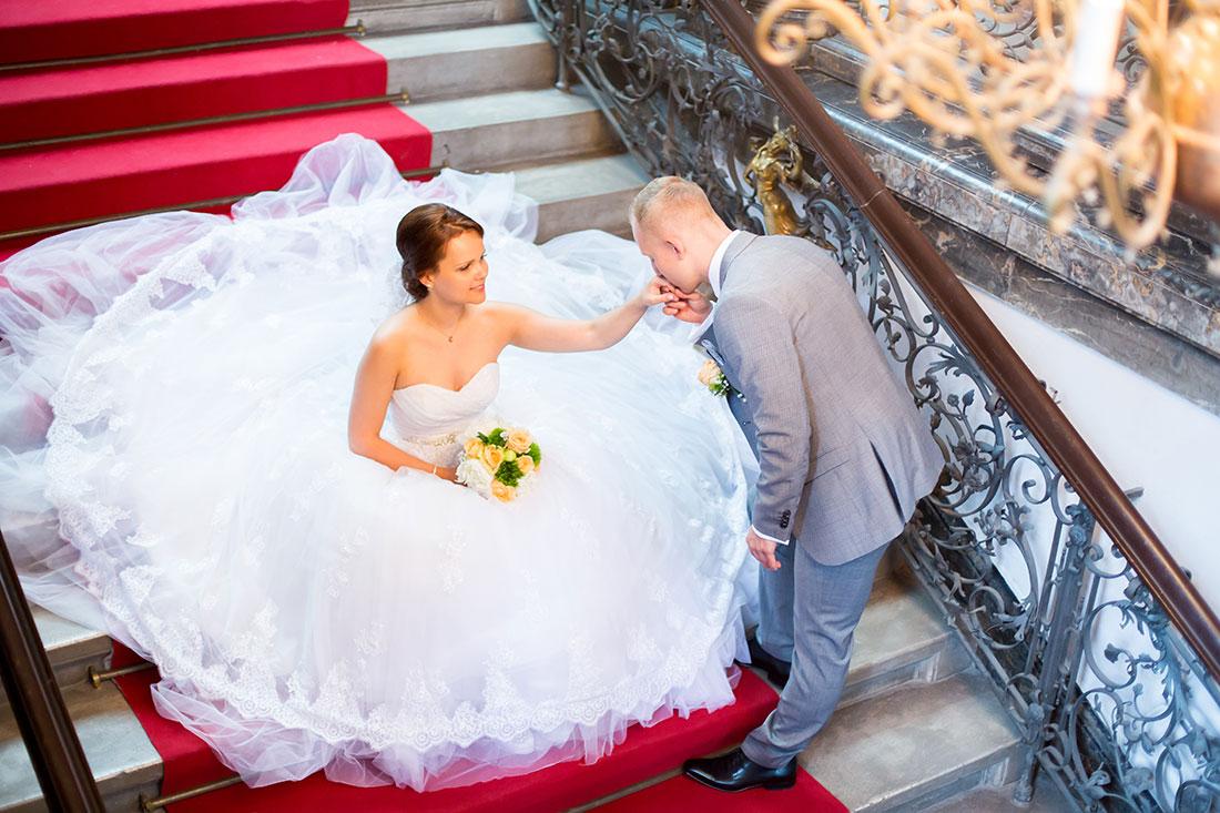 Hochzeit-Alzey-Museum-Heylshof-Worms-Bräutigam-küsst-die-Hand-romantisch-Sergej-Metzger-Hochzeitsvideo-Hannover-Fotograf-Hildesheim