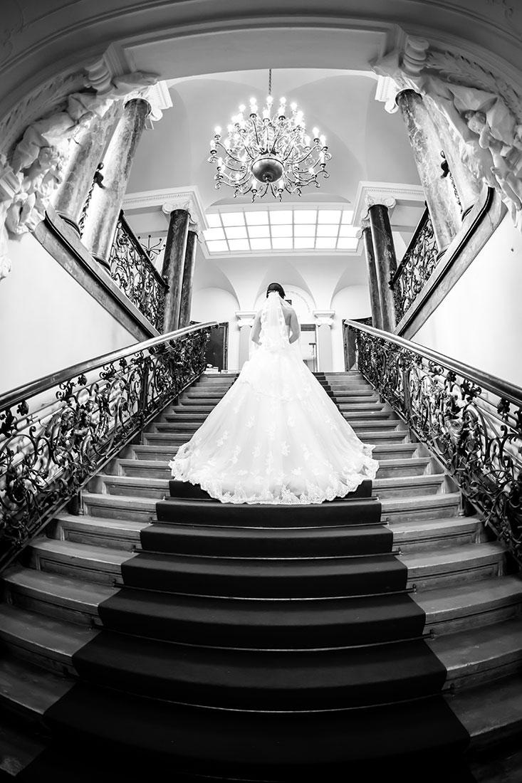 Hochzeit-Alzey-Museum-Heylshof-Worms-Braut-Treppe-Schwarz-weiß-Fisheye-Sergej-Metzger-Hochzeitsvideo-Hannover-Fotograf-Hildesheim