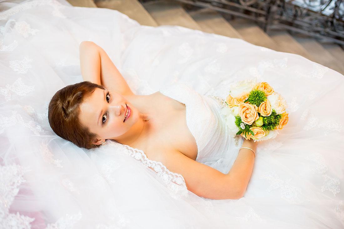 Hochzeit-Alzey-Museum-Heylshof-Worms-Braut-liegt-liegend-Treppe--Sergej-Metzger-Hochzeitsvideo-Hannover-Fotograf-Hildesheim