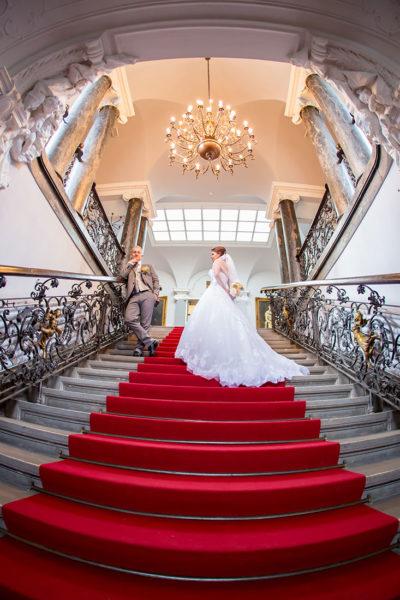 Hochzeit-Alzey-Museum-Heylshof-Worms-Brautpaar-Treppe-Roter-Teppich-Sergej-Metzger-Hochzeitsvideo-Hannover-Fotograf-Hildesheim