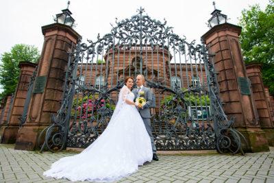 Hochzeit-Alzey-Museum-Heylshof-Worms-Brautpaar-am-Tor-Weitwinkel-groß-Sergej-Metzger-Hochzeitsvideo-Hannover-Fotograf-Hildesheim