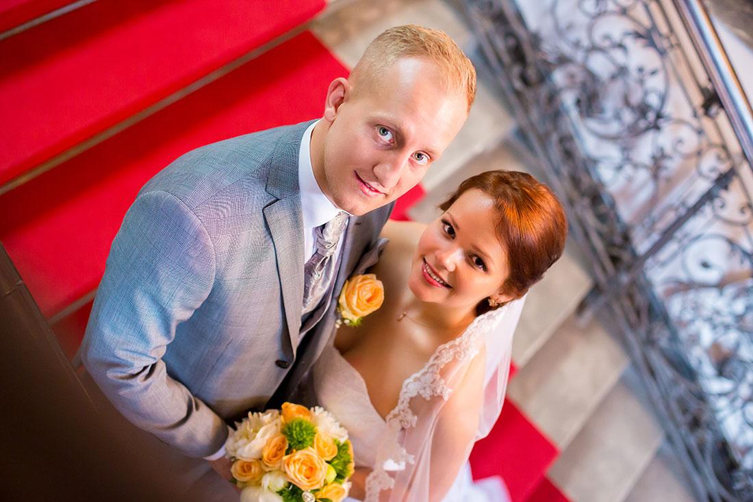 Hochzeit-Alzey-Museum-Heylshof-Worms-Brautpaar-von-oben-Umarmung-romantisch-Sergej-Metzger-Hochzeitsvideo-Hannover-Foto-Hildesheim