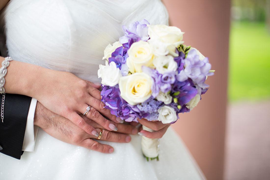 Hochzeit-Aschaffenburg-Spiegelsaal-Nilkheimer-Park-Brautstrauß-Sergej-Metzger-Hochzeitsvideo-Hannover-Fotograf