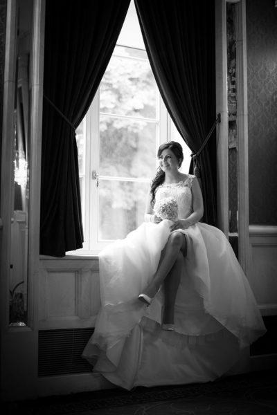 Hochzeit-Bad-Homburg-Kurpark-Spielbank-Schlosspark-Braut-am-Fenster-Fensterbank-schwarz-weiß-Sergej-Metzger-Hochzeitsvideo-Hannover-Fotograf-Hildesheim