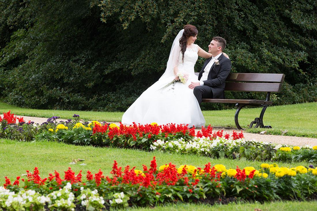 Hochzeit-Bad-Homburg-Kurpark-Spielbank-Schlosspark-Brautpaar-Blumenbett-Bank-Schoß-Sergej-Metzger-Hochzeitsvideo-Hannover-Fotograf-Hochzeit-Hildesheim