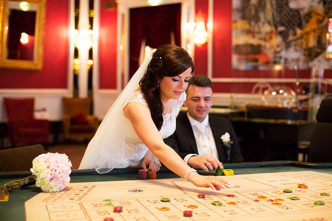 Hochzeit-Bad-Homburg-Kurpark-Spielbank-Schlosspark-Brautpaar-Casino-Roulett-spielen-Sergej-Metzger-Hochzeitsvideo-Hannover-Fotograf-Hildesheim