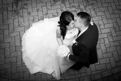 Hochzeit-Bad-Homburg-Kurpark-Spielbank-Schlosspark-Brautpaar-von-Oben-Schwarz-weiß-Sergej-Metzger-Hochzeitsvideo-Hannover-Fotograf-Hochzeit-Hildesheim