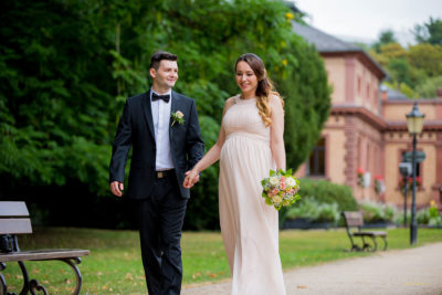 Hochzeit-Bad-Homburg-Standesamt-Kurpark-Kaiser-Wilhelms-Bad-Schwangerschaft-Sergej-Metzger-Hochzeitsvideo-(14)