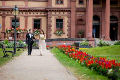 Hochzeit-Bad-Homburg-Standesamt-Kurpark-Kaiser-Wilhelms-Bad-Schwangerschaft-Sergej-Metzger-Hochzeitsvideo-Blumen-allee