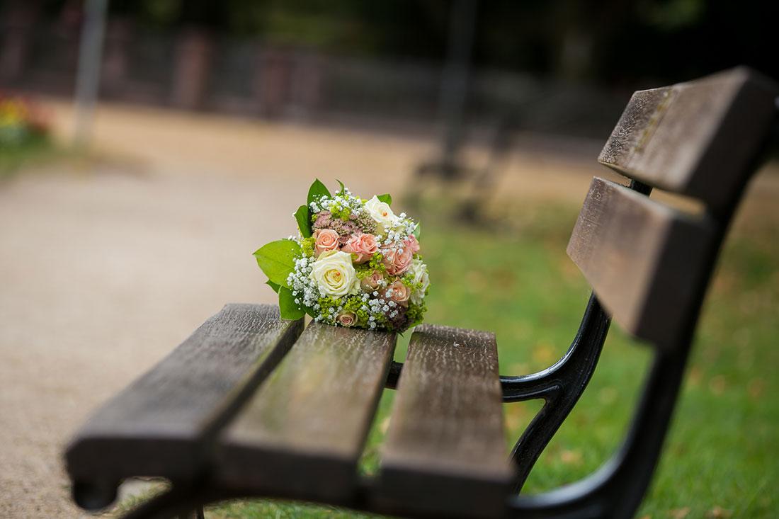 Hochzeit-Bad-Homburg-Standesamt-Kurpark-Kaiser-Wilhelms-Bad-Schwangerschaft-Sergej-Metzger-Hochzeitsvideo-Brautstrauß