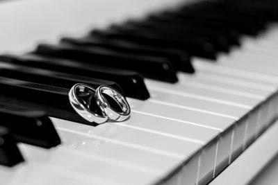 Hochzeit-Baden-Baden-Ringe-Klavier-Trauringe-Piano-schwarz-weiß-Sergej-Metzger-Hochzeitsvideo-Hildesheim