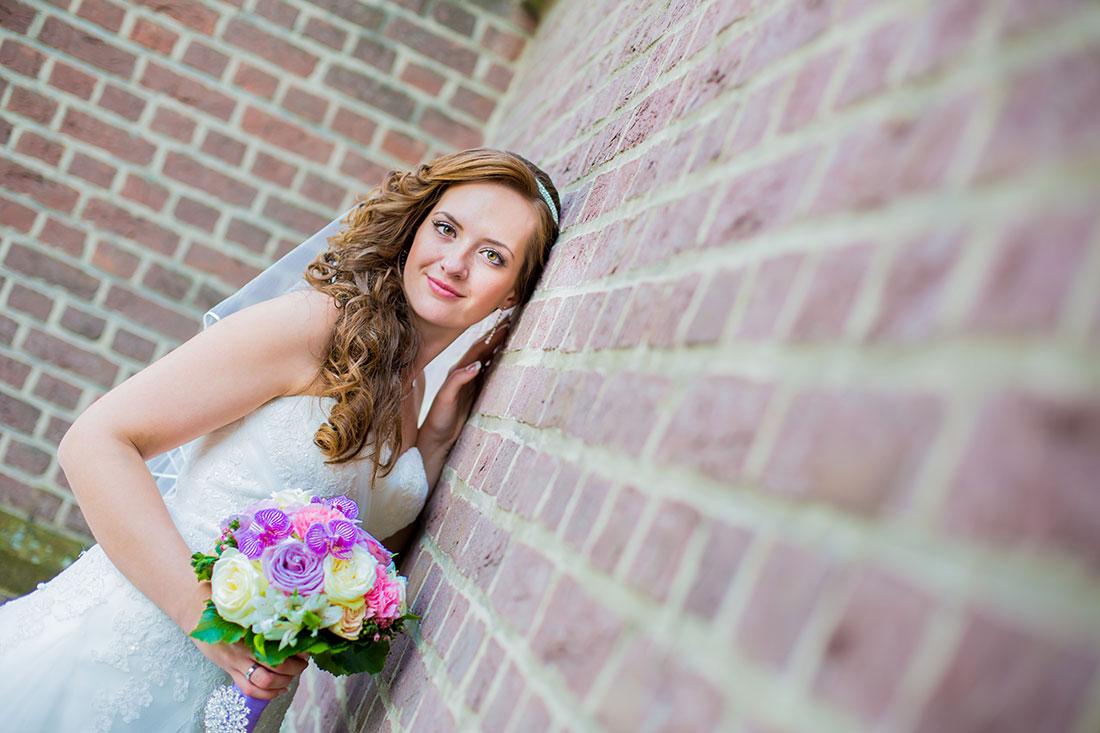 Hochzeit-Braut-an-der-Wand-angelehnt-ungewöhnliche-perspektive-Sergej-Metzger-Hochzeitsvideo-Fotograf-Hannover