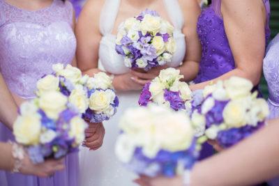 Hochzeit-Brautstrauß-Blumen-Brautjungfern-Lila-passend-Kleid-Sergej-Metzger-Hochzeitsvideo-Hannover-Fotograf