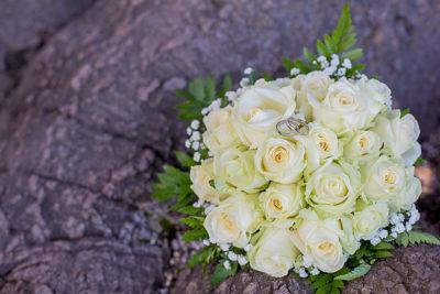 Hochzeit-Brautstrauß-Ringe-weiße-Rosen-Sergej-Metzger-Hochzeitsvideo-Hannover