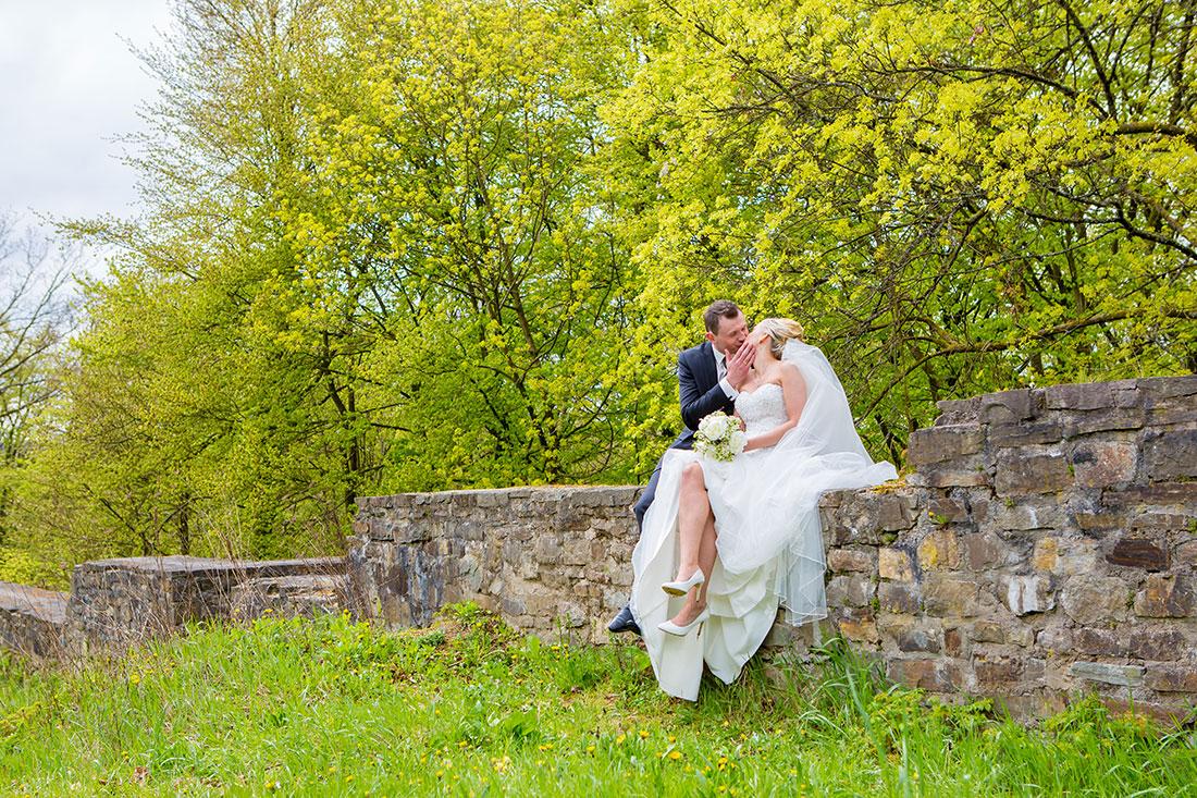 Hochzeit-Burgruine-Windeck-Brautpaar-Kuss-Wandromantisch-Sergej-Metzger-Hochzeitsvideo-Hannover-Fotograf-Hildesheim