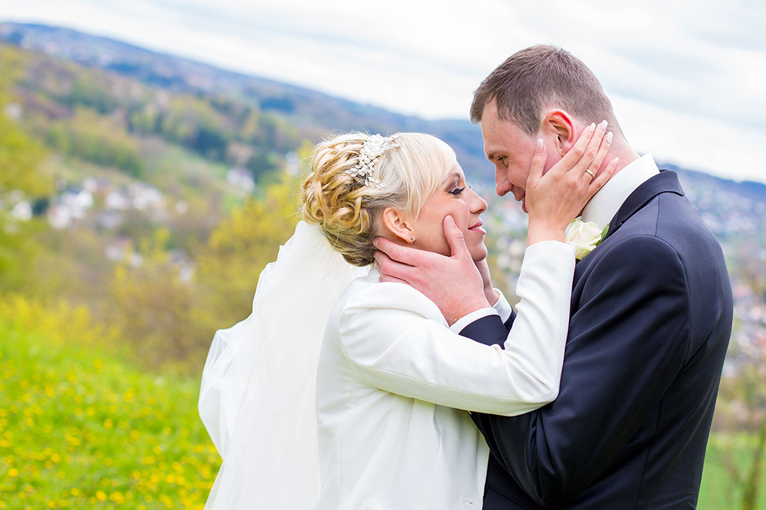 Hochzeit-Burgruine-Windeck-Brautpaar-romantisch-gefühlvoll-Hände-Sergej-Metzger-Hochzeitsvideo-Hannover-Foto-Hildesheim