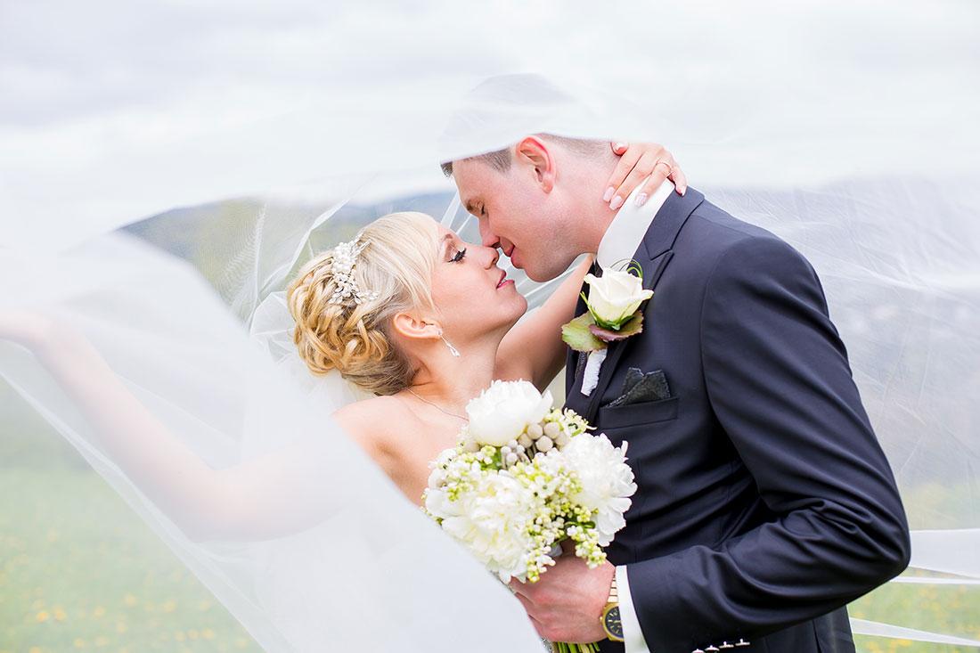 Hochzeit-Burgruine-Windeck-Brautpaar-romantisch-unter-Schleier-Sergej-Metzger-Hochzeitsvideo-Hannover-Fotograf-Hildesheim