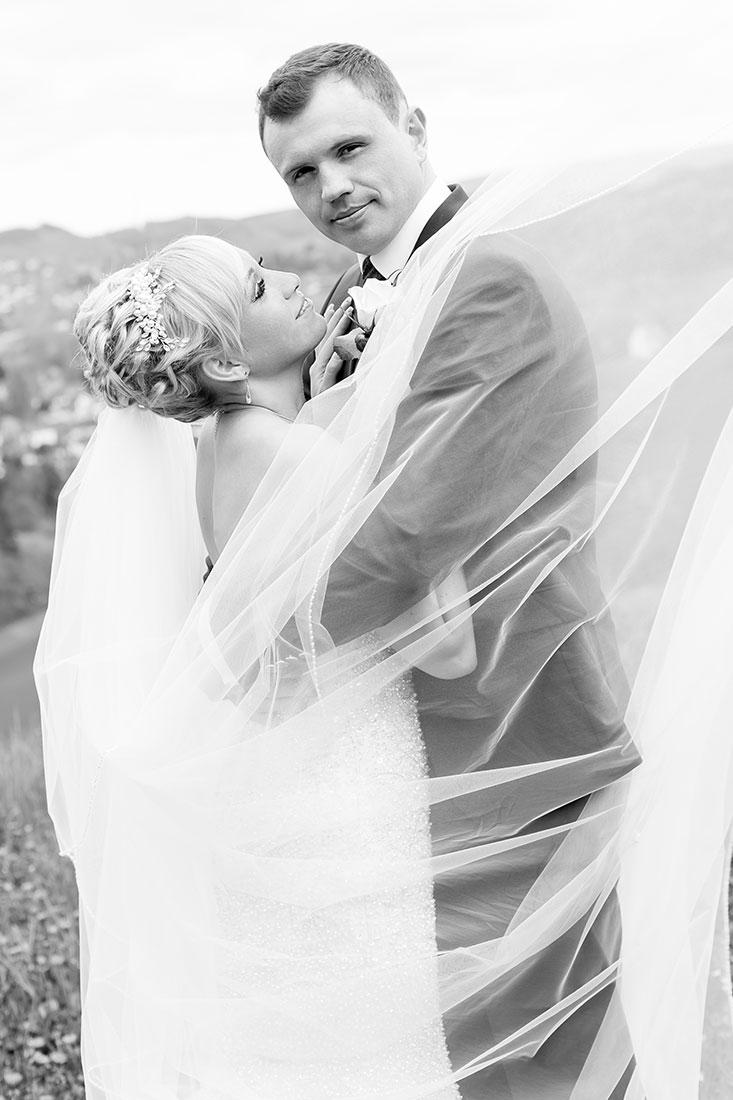 Hochzeit-Burgruine-Windeck-Brautpaar-schwarz-weiß-Umarmung-Gefühl-Sergej-Metzger-Hochzeitsvideo-Hannover-Foto-Hildesheim