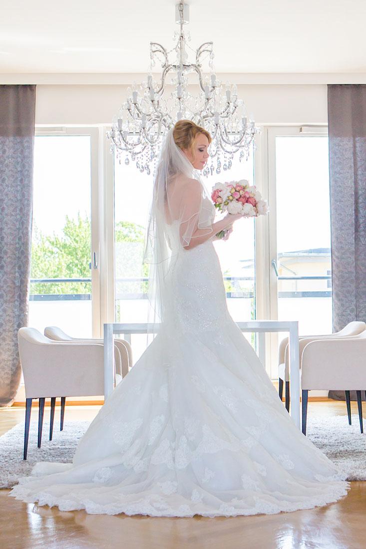 Hochzeit-Frankfurt-Braut-getting-ready-Fenster-Kronleuchte-Schönheit-Sergej-Metzger-Hochzeitsvideo-Hannover
