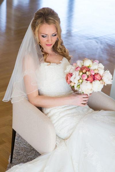 Hochzeit-Frankfurt-Braut-getting-ready-fertig-Brautstrauß-Sergej-Metzger-Hochzeitsvideo-Hannover