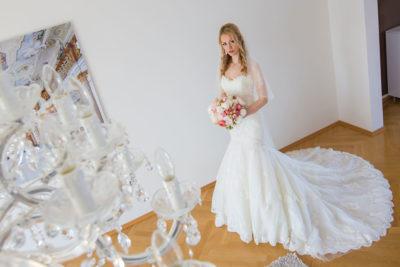Hochzeit-Frankfurt-Braut-getting-ready-von-oben-fertig-Schleppe-Sergej-Metzger-Hochzeitsvideo-Hannover