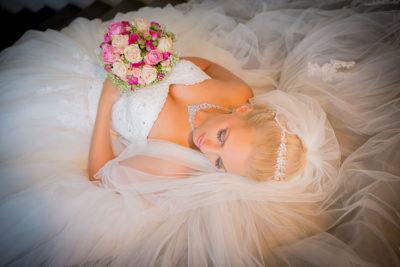Hochzeit-Getting-ready-best-of-Braut-liegend-Boden-Brautstrauß--Sergej-Metzger-Hochzeitsvideo-Fotograf-Hannover-Hildesheim