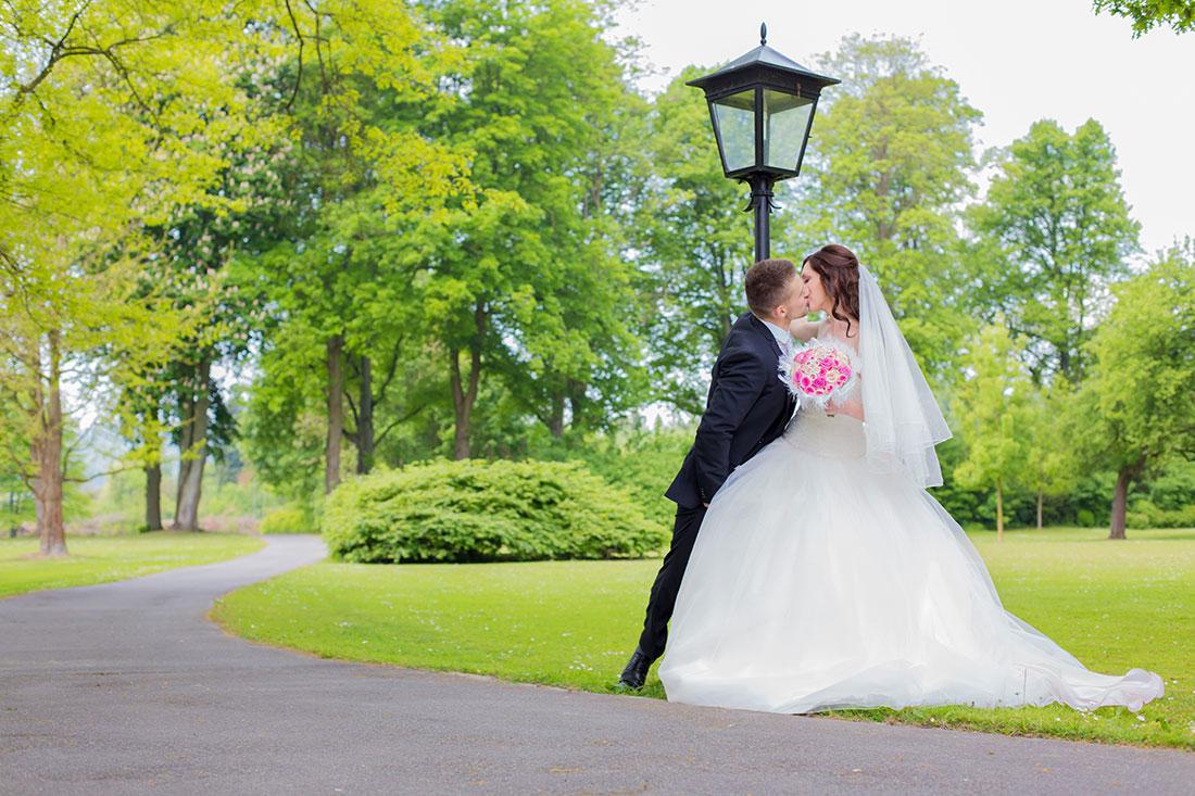 Hochzeit-Gräflicher-Park-Bad-Driburg-Laterne-Brautpaar-Kuss-küssen-romantisch-Sergej-Metzger-Hochzeitsvideo-Hildesheim