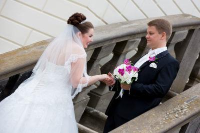 Hochzeit-Hannover-Herrenhäuser-Großer-Garten-Schloss-Herrenhausen-Brautpaar-auf-einer-Treppe-Sergej-Metzger-Hochzeitsvideo-Fotograf-Hannover