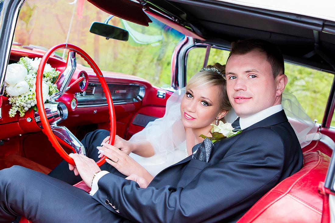 Hochzeit-Hochzeitsauto-Oldtimen-rotes-Leder-Salon-Brautpaar-Sergej-Metzger-Hochzeitsvideo-Hannover-Fotograf-Hildesheim