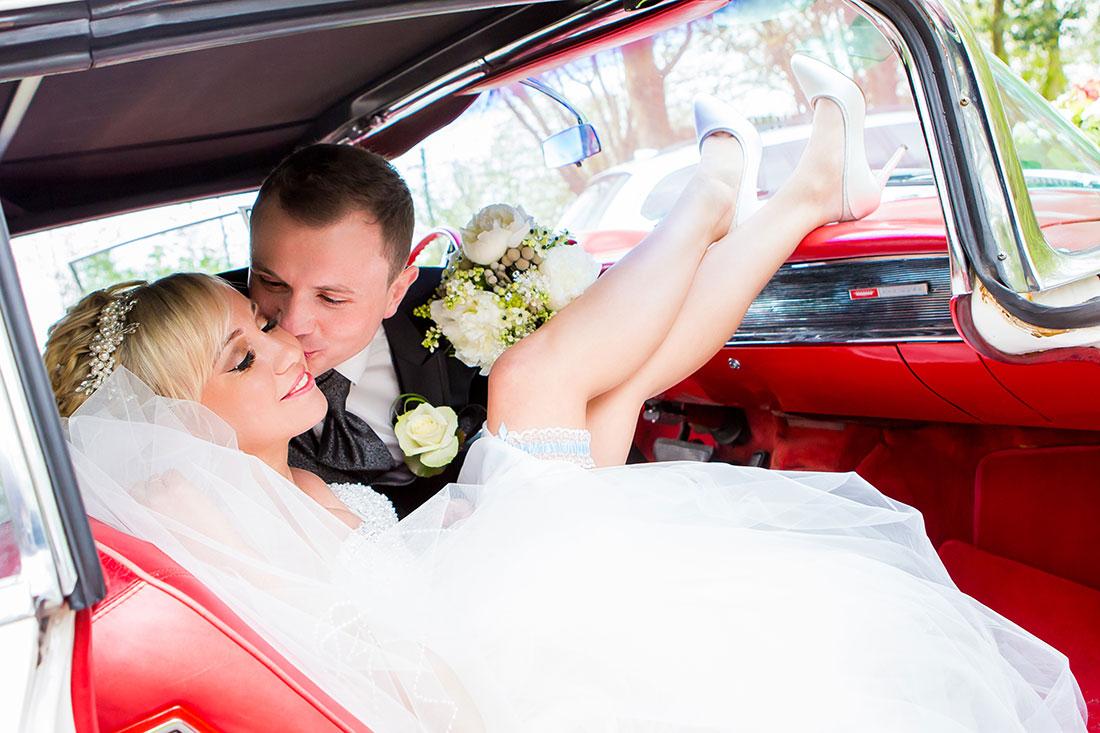Hochzeit-Hochzeitsauto-Oldtimer-Beine-Kuss-rot-Brautpaar-Sergej-Metzger-Hochzeitsvideo-Hannover-Fotograf-Hildesheim