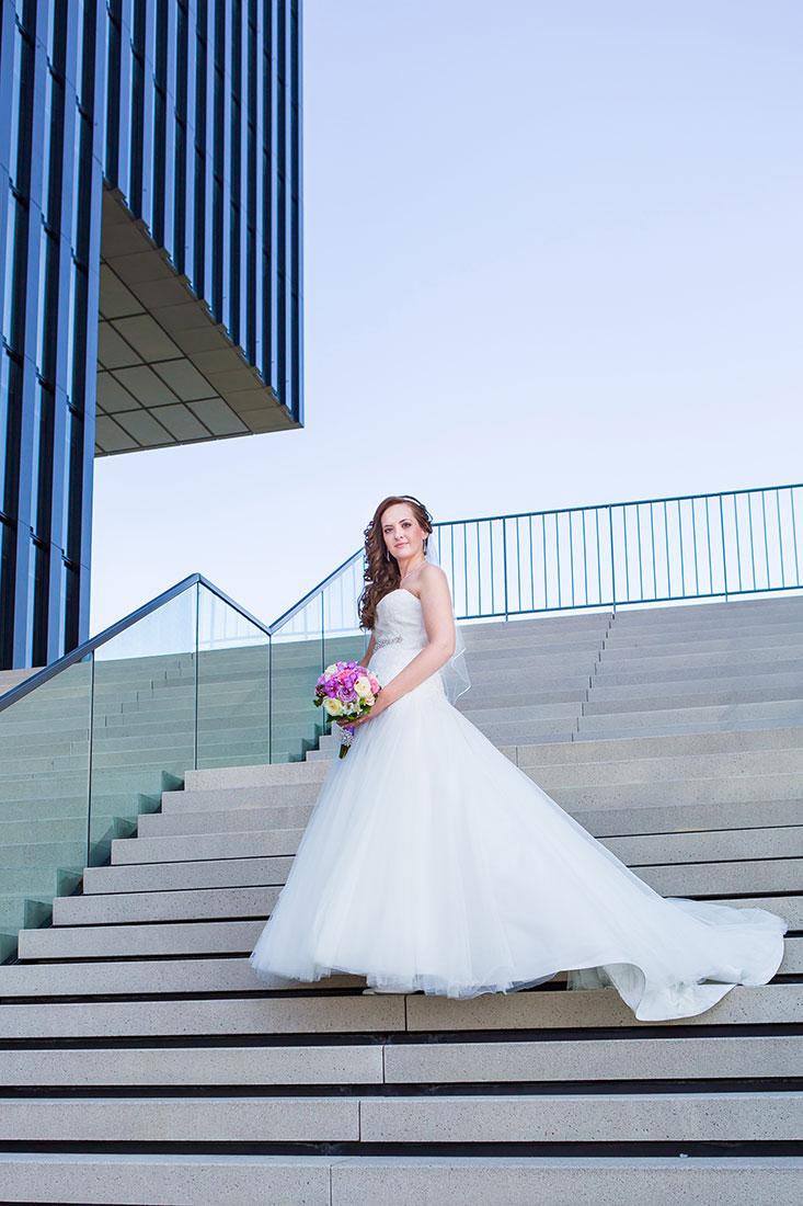 Hochzeit-Hyatt-Hotel-Düsseldorf-Braut-Treppe-Schleppe-Loken-Sergej-Metzger-Hochzeitsvideo-Fotograf-Hannover