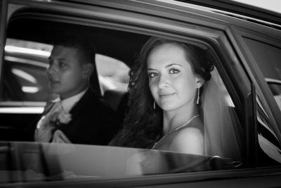 Hochzeit-Hyatt-Hotel-Düsseldorf-Brautpaar-Hochzeitsauto-schwarz-weiß-Sergej-Metzger-Hochzeitsvideo-Foto-Hannover