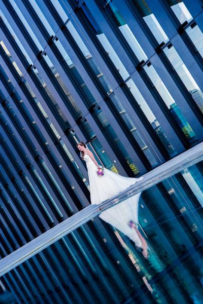 Hochzeit-Hyatt-Hotel-Düsseldorf-Brautpaar-Sergej-Metzger-Wasserspiegelung-blau-Hochzeitsvideo-Fotograf-Hannover