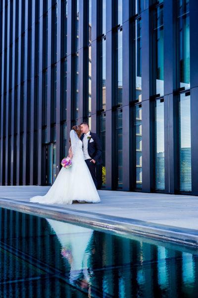 Hochzeit-Hyatt-Hotel-Düsseldorf-Brautpaar-Spiegelung-blau-Kuss-Sergej-Metzger-Hochzeitsvideo-Fotograf-Hannover