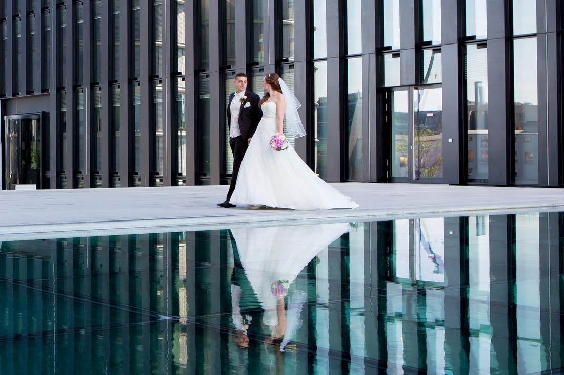 Hochzeit Hyatt Hotel Düsseldorf Brautpaar Struktur wasserspiegelung Sergej Metzger Hochzeit