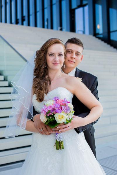 Hochzeit-Hyatt-Hotel-Düsseldorf-Brautpaar-Umarmung-Glücklich-Sergej-Metzger-Hochzeitsvideo-Fotograf-Hannover