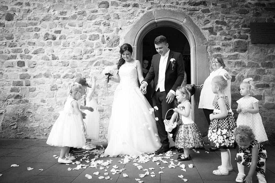 Hochzeit-Katholische-Kirche-Sankt-Marien-Brautpaar-Blumenmädchen-schwarz-weiß-Sergej-Metzger-Hochzeitsvideo-Hannover-Fotograf