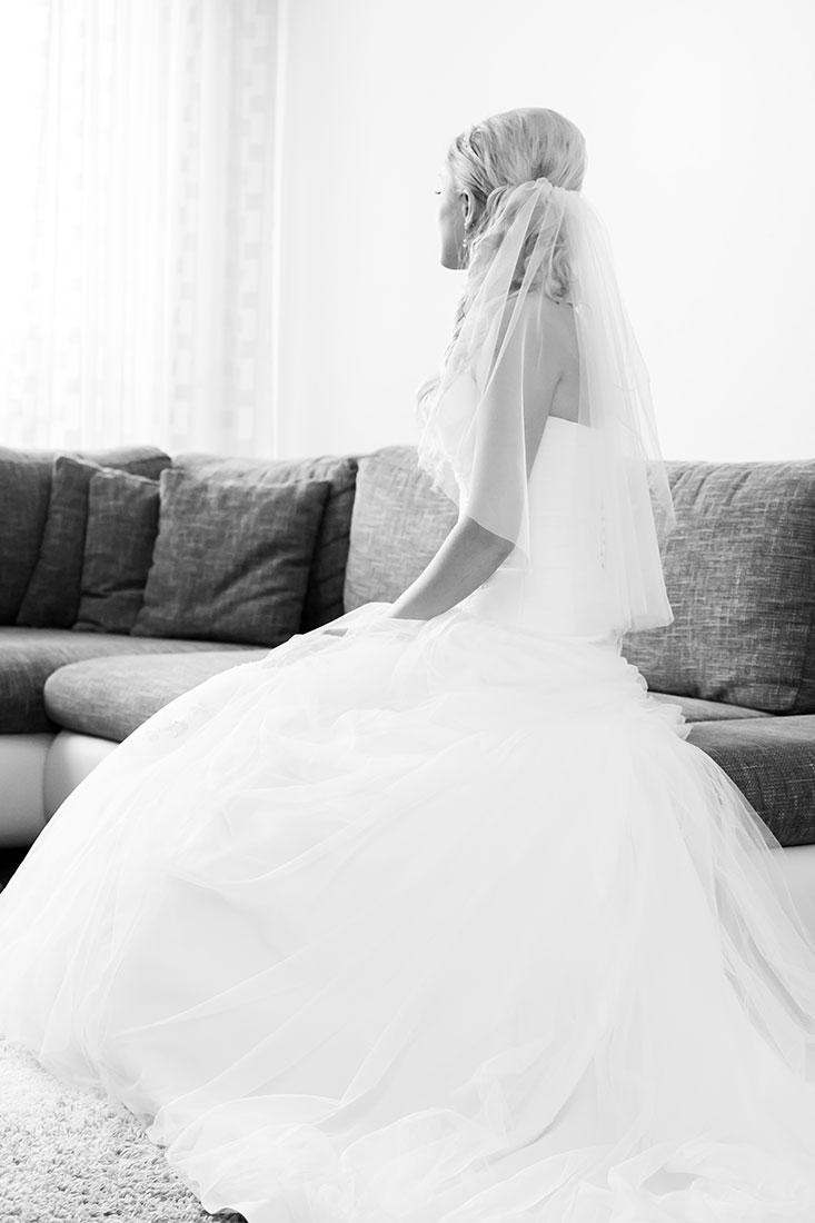 Hochzeit-Kempten-Braut-getting-ready-Romantisch-schwarz-weiß-Sergej-Metzger-Hochzeitsvideo-Hannover-Hildesheim