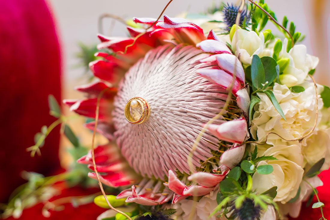 Hochzeit-Koblenz-Brautstrauß-für-Braut-mit-rotem-Haar-außergewöhnlich-King-Protea-Sergej-Metzger-Hochzeitsvideo-in-Hannover-Fotograf-Hochzeit-Hildesheim