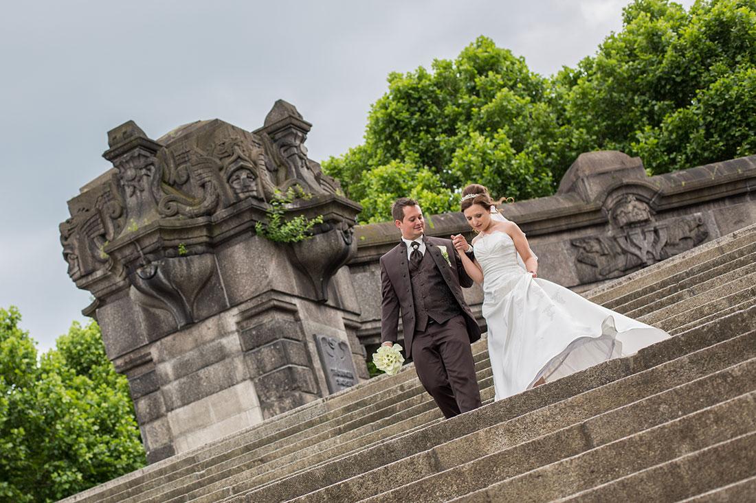 Hochzeit-Koblenz-Deutsches-Eck-Brautpaar-geht-Treppen-Sergej-Metzger-Hochzeitsvideo-Hannover-Hildesheim-
