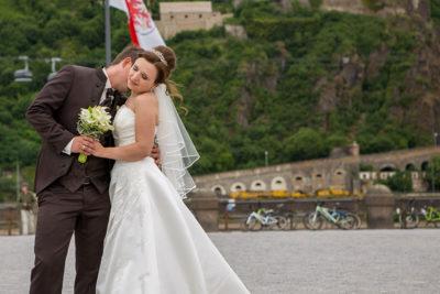 Hochzeit-Koblenz-Deutsches-Eck-Kuss-in-den-Hals-Sergej-Metzger-Hochzeitsvideo-Hannover-Hildesheim