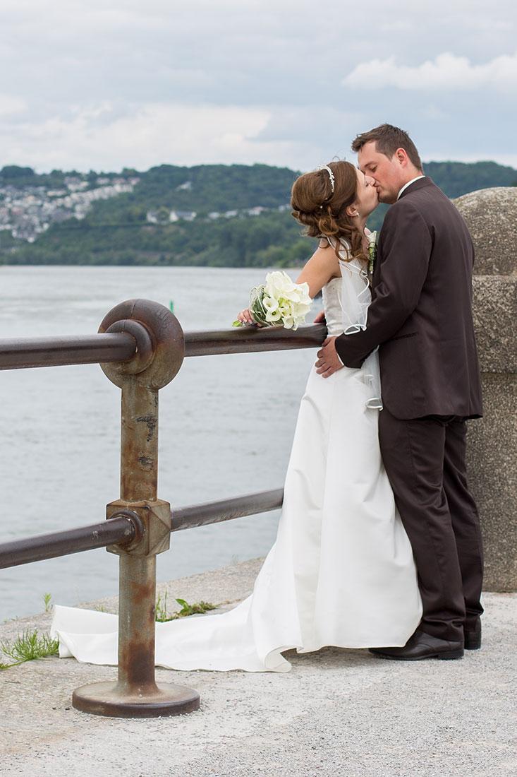 Hochzeit-Koblenz-Deutsches-Eck-Kuss-küssen-Umarmen-Sergej-Metzger-Hochzeitsvideo-Hannover-Hildesheim-