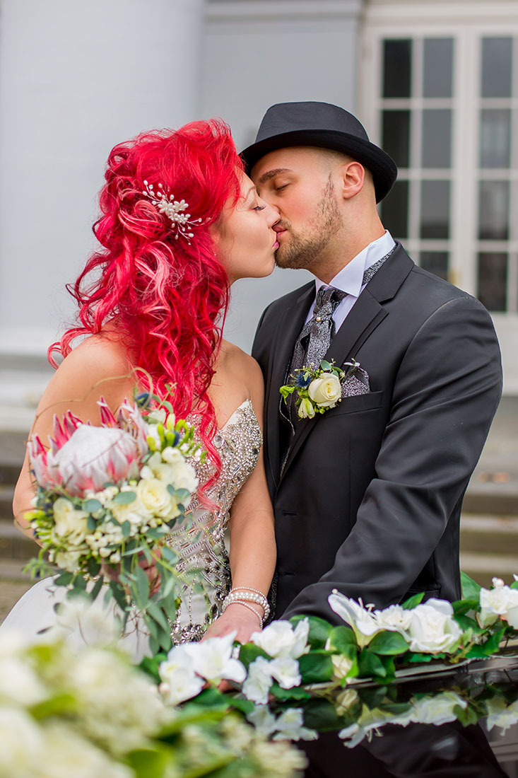 Hochzeit-Schloss-Koblenz-Kaiserin-Augusta-Anlagen-Brautpaar-Braut-rote-Haare-King-Protea-Kuss-außergewöhnlich-Sergej-Metzger-Hochzeitsvideo-in-Hannover-Fotograf-Hochzeit-Hildesheim
