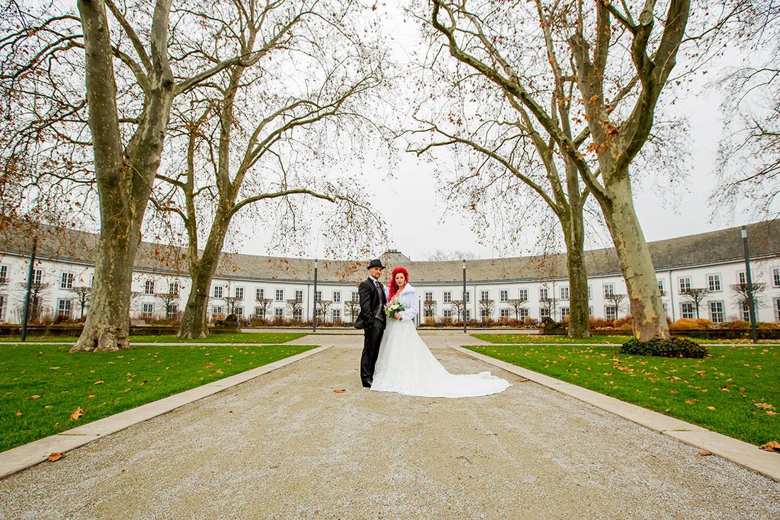 Hochzeit-Schloss-Koblenz-Kaiserin-Augusta-Anlagen-Brautpaar-Braut-rote-Haare-Weitwinkel-Sergej-Metzger-Hochzeitsvideo-in-Hannover-Fotograf-Hochzeit-Hildesheim