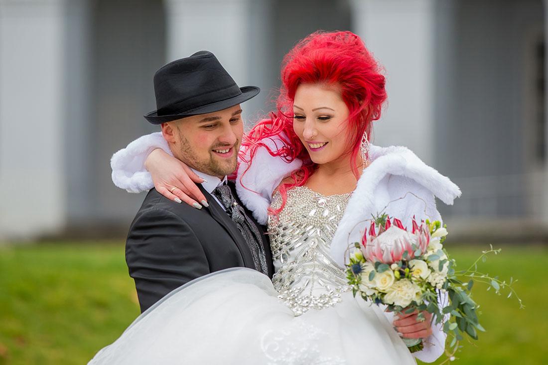 Hochzeit-Schloss-Koblenz-Kaiserin-Augusta-Anlagen-Brautpaar-Braut-King-Protea-rote-Haare-trägt-auf-den-Händen--Sergej-Metzger-Hochzeitsvideo-in-Hannover-Fotograf-Hochzeit-Hildesheim