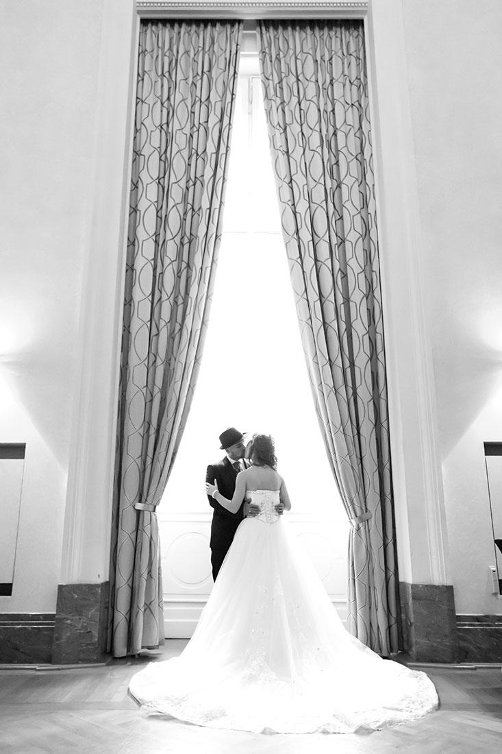 Hochzeit-Schloss-Koblenz-Kaiserin-Augusta-Anlagen-Brautpaar-am-Fenster-schwarz-weiß-außergewöhnlich-Sergej-Metzger-Hochzeitsvideo-in-Hannover-Fotograf-Hochzeit-Hildesheim