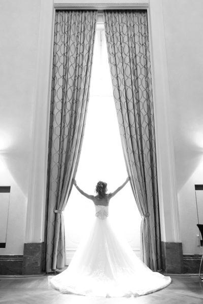 Hochzeit-Schloss-Koblenz-Kaiserin-Augusta-Anlagen-am-Fenster-Braut-schwarz-weiß-außergewöhnlich-Sergej-Metzger-Hochzeitsvideo-in-Hannover-Fotograf-Hochzeit-Hildesheim