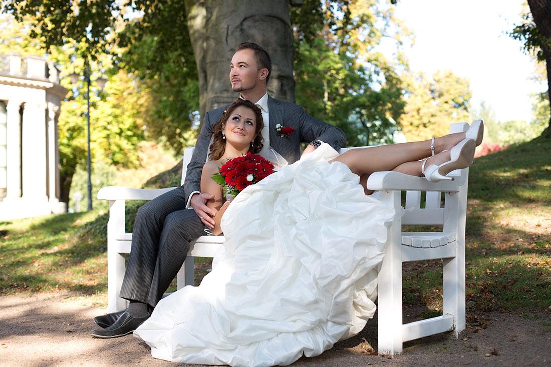 Hochzeit-Kurpark-Wiesbaden-Hochzeitskleid-offene-Beine-Braut-liegt-Bank-Sergej-Metzger-Hochzeitsvideo-Hannover-Hildesheim
